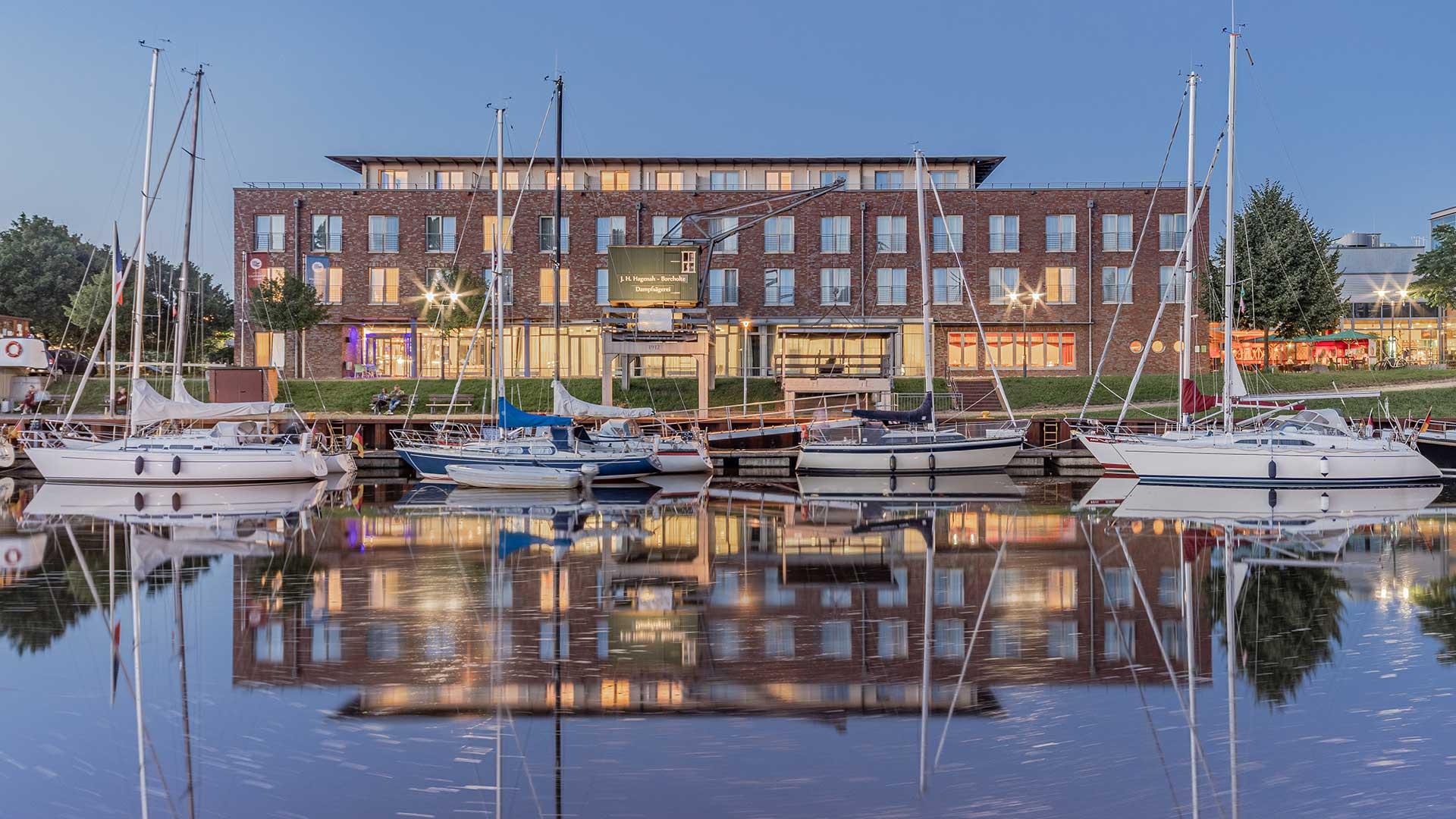 Hotel am Stadthafen mit Segelbooten